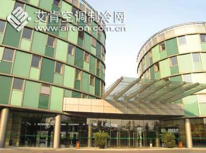 其中1号楼建筑面积12,000m2,由两栋椭圆型塔楼组成,一层裙房将其连接.